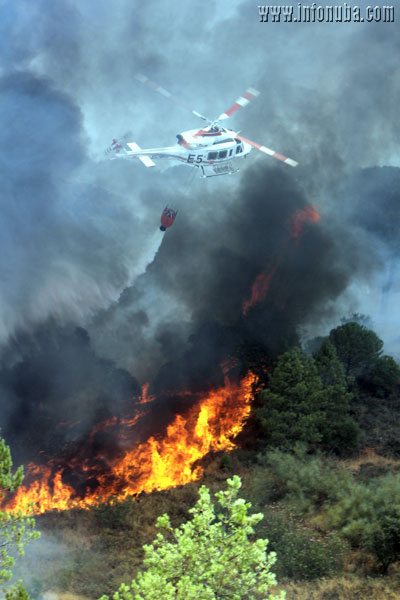 Un helicóptero actúa sobre el incendio.