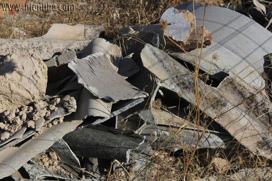 Imagen de las placas uralitas en el lugar.