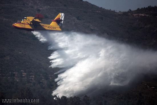 Imagen de avión realizando una descarga en el incendio de Nerva.