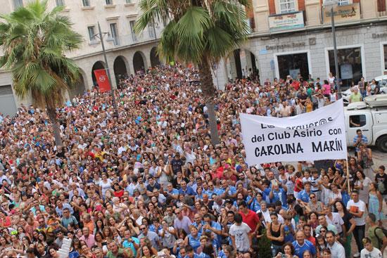 Una multitud de personas recibieron a Carolina Marín.