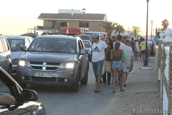 Peatones y vehículos circulan por los mismos espacios.