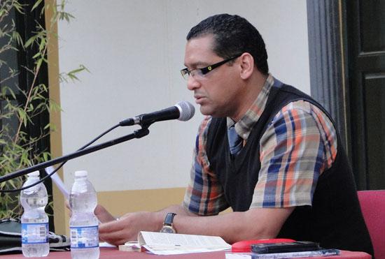 Imagen de Jorge Enrique González Pacheco durante el recital poético que ofreció en la jornada de ayer en le Faro de Mazagón.