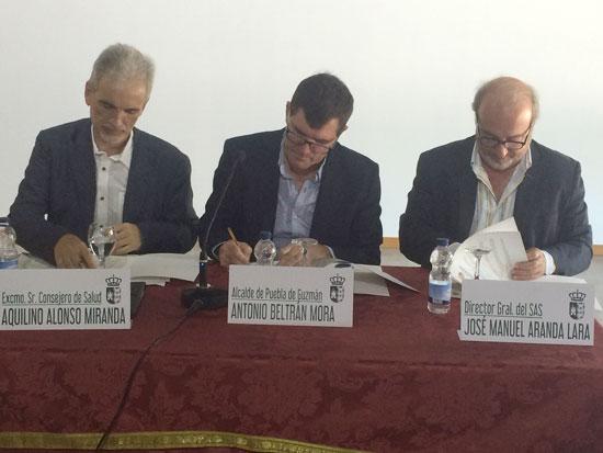 El gerente del SAS, José Manuel Aranda, y el alcalde de Puebla de Guzmán, Antonio Beltrán, han sido los encargados de realizar la firma del acuerdo, con la presencia del consejero de Salud de la Junta de Andalucía, Aquilino Alonso.