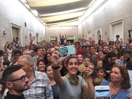 Carolina se hizo un selfie con los numerosos asistentes a su recepción en la Diputación de Huelva.