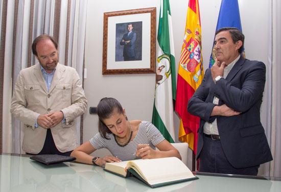 La volantista ha firmado el Libro de Honor de la institución provincial y ha agradecido las muestras de afecto recibidas por todos los onubenses.