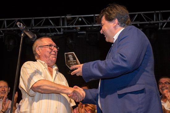 Gabriel Cruz entrega el reconocimiento a José Martín Pastor.