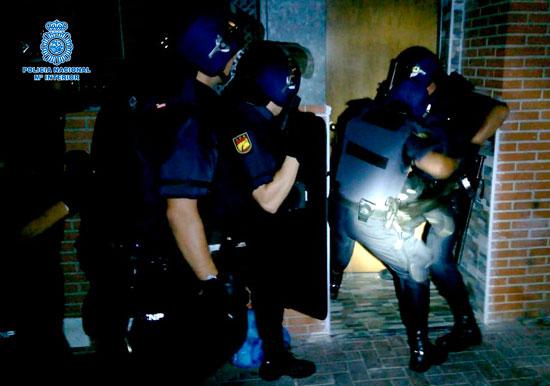Agentes del Cuerpo Nacional de Policía durante una intervención en uno de los domicilios.