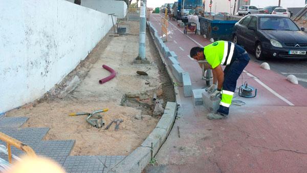 Un operario del Ayuntamiento de Huelva en una intervención en la calle Rubén Darío.