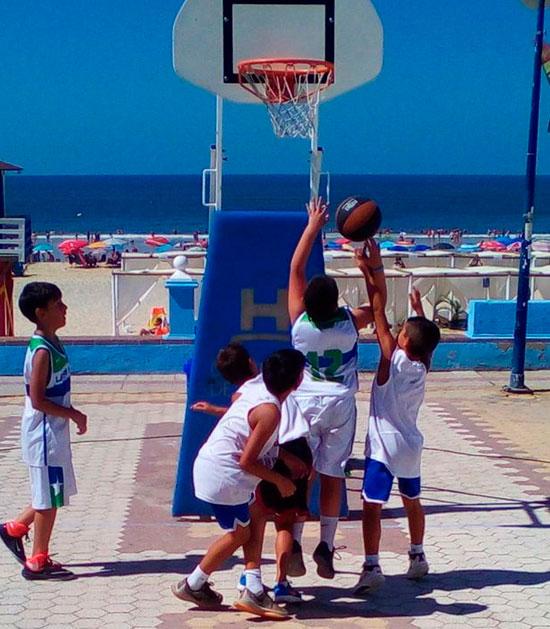 Los jugadores en una playa onubense.