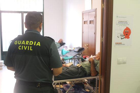 Varios agentes de la Guardia Civil realizando una donación de sangre.