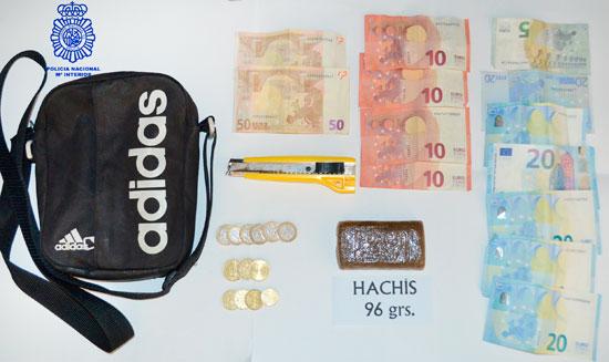 Imagen de la droga y dinero intervenido.