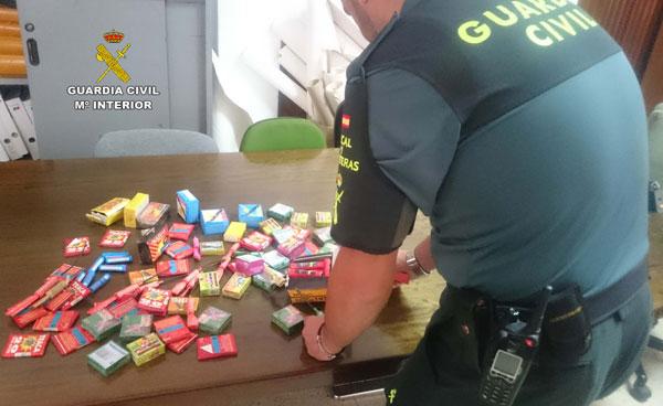 Un agente de la Guardia Civil expone la pirotecnica incautada.