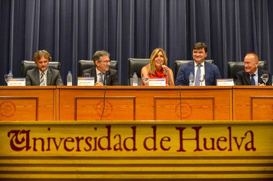 Imagen de los diferentes representantes políticos durante el acto de inauguración.