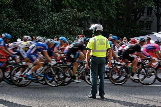 Un agente de la Guardia Civil durante una prueba ciclista.