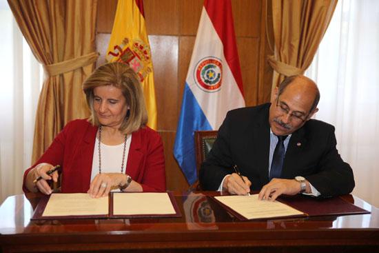 La ministra de Empleo y Seguridad Social, Fátima Báñez, y el ministro de Empleo, Trabajo y Seguridad Social de Paraguay, Guillermo Sosa, han firmado esta tarde el Acuerdo Administrativo de aplicación del Convenio de Seguridad Social entre ambos países.