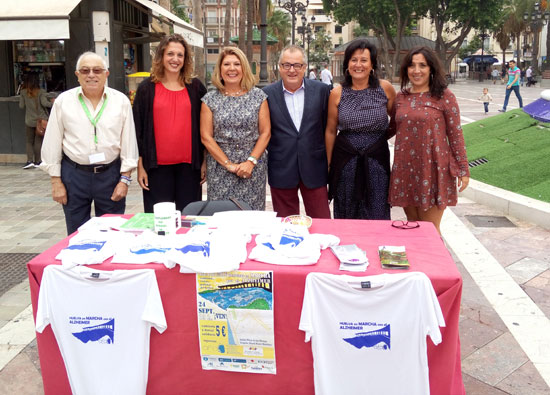 Imagen de la visita a la mesa informativa instalada por AFA Huelva.