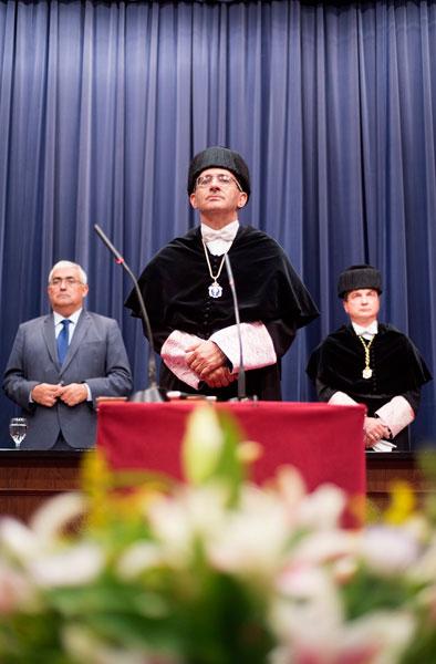 Imagen del Rector de la Onubense durante el acto.