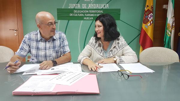 Carmen Solana y Manuel Rofa durante una reunión de trabajo.
