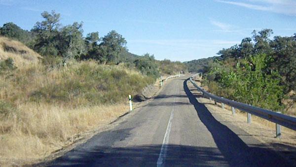Imagen de la carretera HU-9103, que une la Nacional 435 con Encinasola.