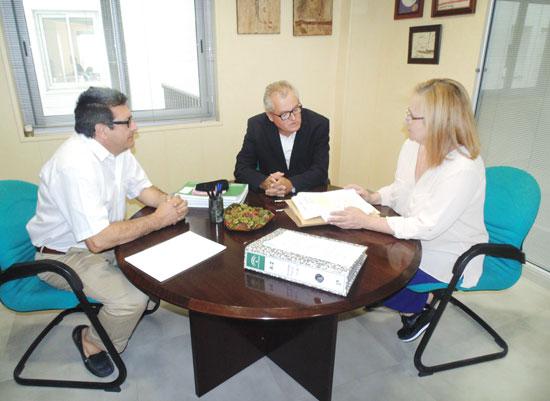 El delegado territorial de Igualdad, Salud y Políticas Sociales, Rafael López, en su visita a la nueva sede del Servicio de Consumo de la Junta de Andalucía en Huelva