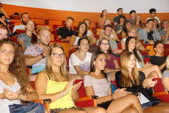Imagen de los alumnos durante el acto de bienvenida en la UHU.