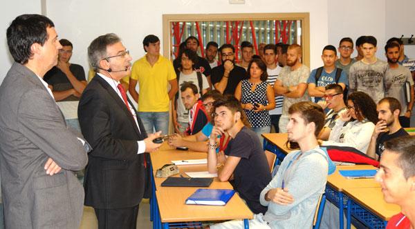 Francisco Ruiz en el acto de recibimiento a los alumnos.