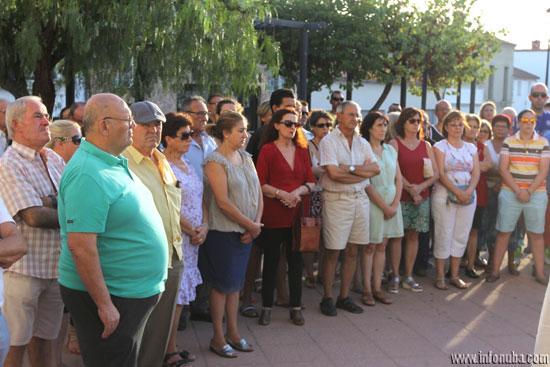 Un centenar de personas se concentró en la tarde de ayer en El Campillo para condenar la muerte violenta del anciano