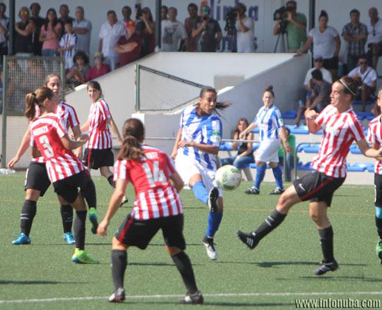 Imagen de un instante del encuentro entre el Sporting de Huelva y el Athletic Club de Bilbao.