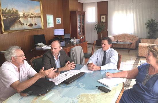 Imagen de la reunión entre representantes de Mesa de la Ría y la Autoridad Portuaria de Cádiz.