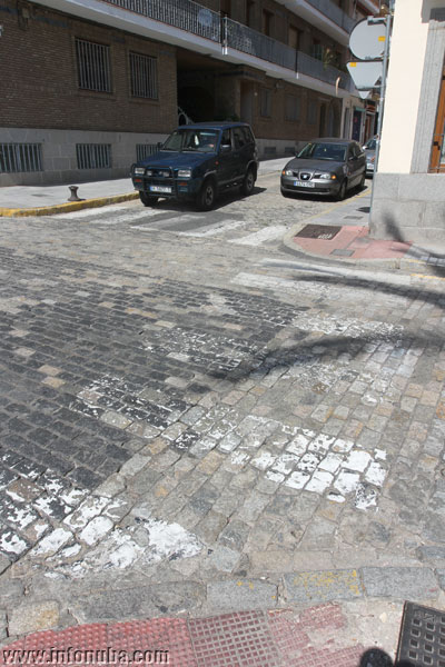 Imagen de los pasos de zebra desgastados.