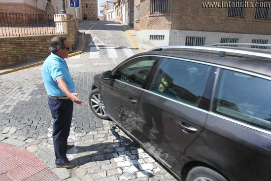 Imagen de una situación de conflicto entre un conductor y un peatón.