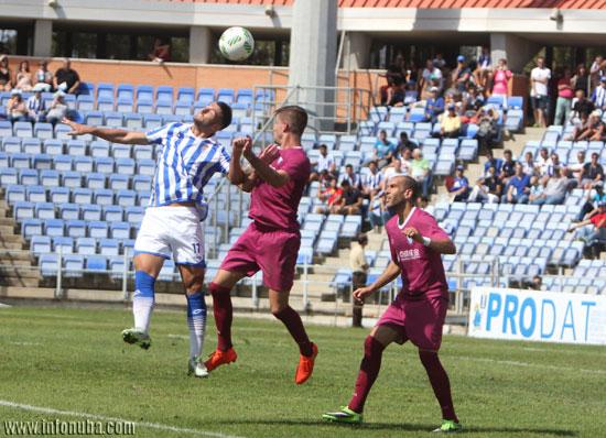 Rubén Mesa salta con un rival en una jugada.