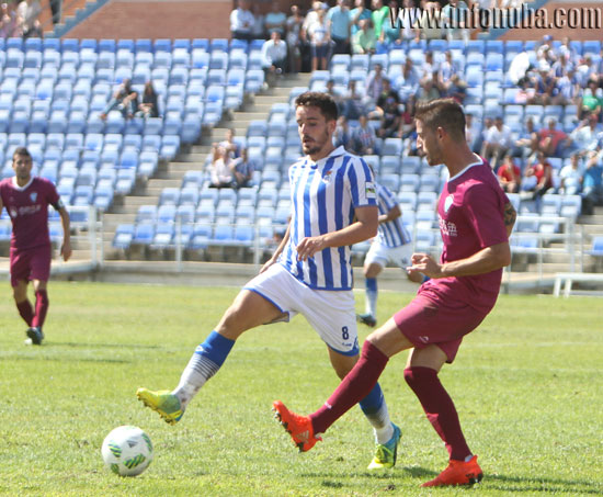 Rafa de Vicente defiende en el partido de ida en el Nuevo Colombino.