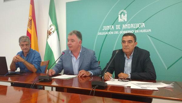 El delegado del Gobierno de la Junta en Huelva, Francisco José Romero, y el delegado territorial de Educación, Vicente Zarza, han presentado hoy las principales líneas que van a definir el nuevo curso escolar 2016-17 .