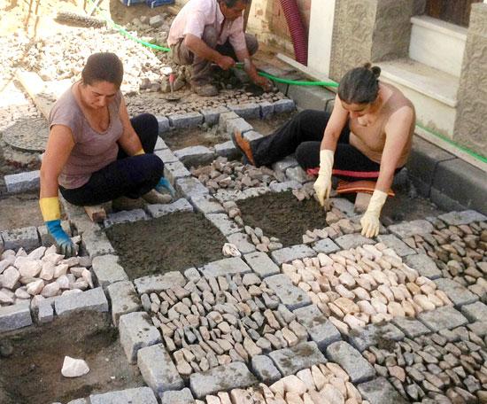 Imagen de trabajadores en las obras PROFEA en Aroche.