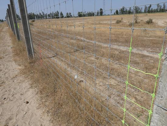 Verja con marcas en el límite de la finca de la Junta con el camino de Taranjales