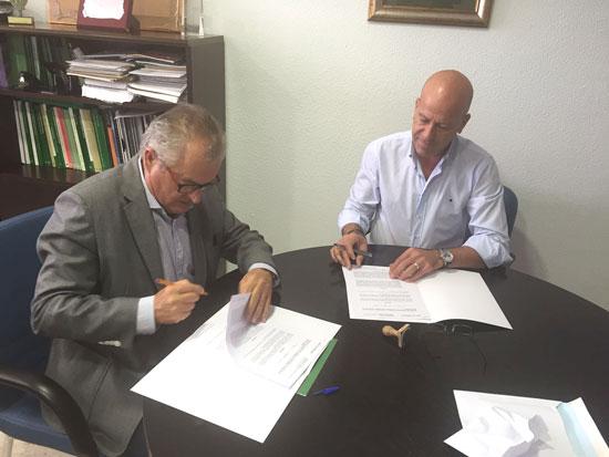 El delegado territorial de Igualdad, Salud y Políticas Sociales, Rafael López, y el alcalde de Calañas, Mario Peña, han firmado un acuerdo de colaboración con objeto de poner en marcha en la localidad andevaleña el proyecto RELAS.