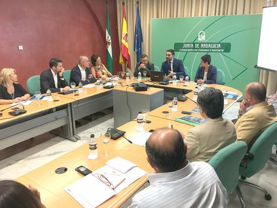 El consejero de Turismo y Deporte, Francisco Javier Fernández, asistió en la jornada de ayer en Sevilla a una reunión técnica organizada por su departamento con responsables de los 12 municipios andaluces de más de 100.000 habitantes.