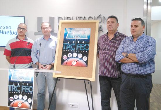 El diputado de Deportes, Francisco Martínez Ayllón, y el delegado provincial de la Federación Andaluza de Baloncesto, José Luis Pena, presentaron en la jornada de ayer el VII Trofeo Diputación de Baloncesto.