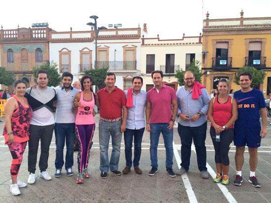 El director del IAJ, Francisco Pizarro, acompañado por el coordinador provincial, Sebastián Pérez, durante su visita a Rociana del Condado.