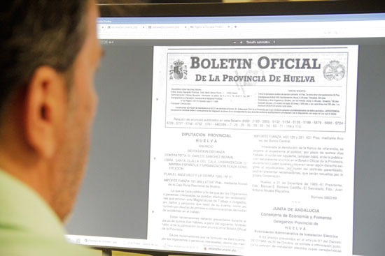 Un usuario consulta el BOP de Huelva.