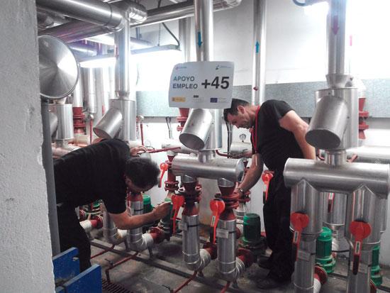 Dos empleados realizan prácticas de mantenimiento correspondientes al Plan de Empleo de Cruz Roja.