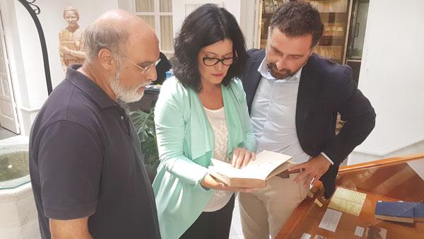 Carmen Solana junto con Gustavo Cuéllar y Antonio Ramírez Almansa en la Casa Museo Zenobia-Juan Ramón Jiménez de Moguer.
