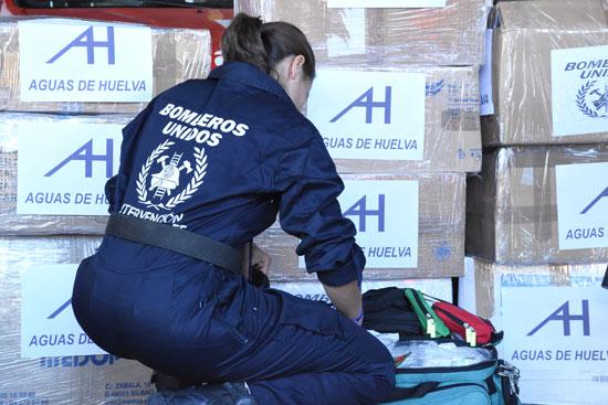 Una bombera prepara parte del material necesario para la misión de Bomberos Unidos Sin Fronteras en Haití.