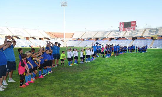Imagen de una presentación en el Estadio Nuevo Colombino de los equipos del Club Deportivo La Amistad Hispanidad.