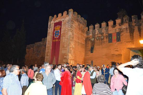 2.La muralla del impresionante castillo medieval fue testigo de este simbólico acto de la entrega de llave.
