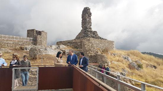 Carmen Solana y Manuel Guerra durante una visita al Castillo de Aracena.