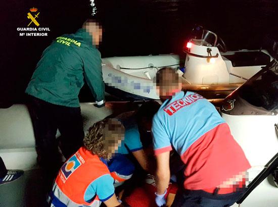 Imagen de los sanitarios y la Guardia Civil durante el salvamento.