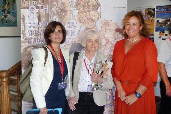 En la imagen de izquierda a derecha Sonia Villegas, presidenta del Congreso; Mauureen Duffy, presidenta honoraria de la Aphra Behn Society y Yolanda Pelayo, vicerrectora del Campus de La Rábida.