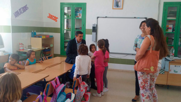 Vicente Zarza durante su visita al Colegio Público Rural (CPR) Adersa IV.